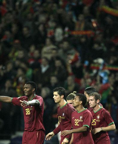 图文:[欧预赛]葡萄牙VS芬兰 庆祝出线