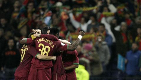 图文:[欧预赛]葡萄牙VS芬兰 拥抱庆祝出线