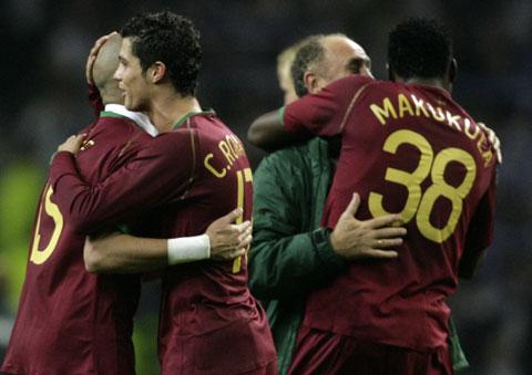 图文:[欧预赛]葡萄牙VS芬兰 队员相拥