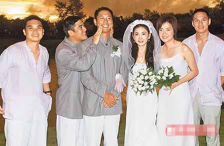 温碧霞(右)和任职银行的老公结婚7年。