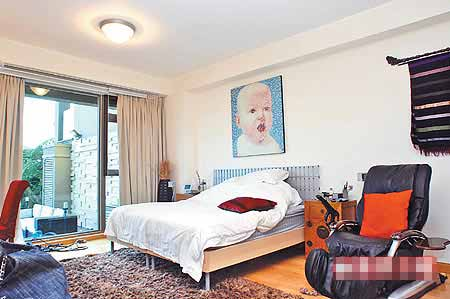 主卧室床头的宝宝画像,透露温碧霞求子的渴望