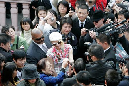 希尔顿身穿白色短袖唐装在豫园商场被大批游客和媒体记者包围