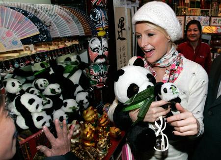 怀里还抱两只熊猫