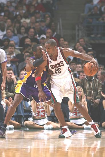 图文:[NBA]湖人VS雄鹿 科比大战里德