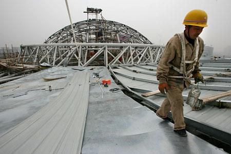 图文:北京大学体育馆 顶棚上做防水施工的工
