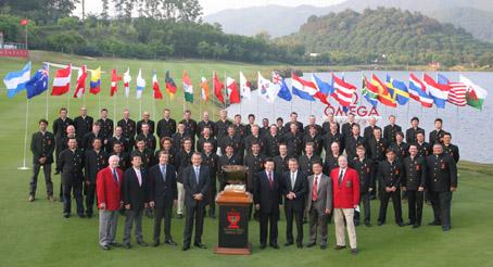 28个队伍的56名选手身穿中国特色的中山装在18洞果岭合影留念
