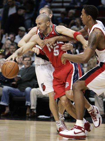 图文:[NBA]网队胜开拓者 基德突出重围