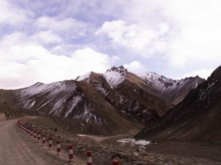 绵延千里的新藏线就在崇山峻岭中穿梭