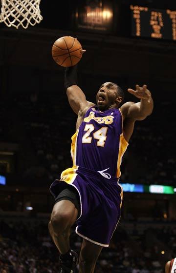 图文:[NBA]湖人VS雄鹿 科比单手扣篮