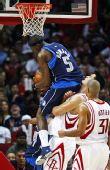 图文:[NBA]火箭94-100小牛 霍华德骑在姚明身上