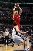 图文:[NBA]猛龙击败灰熊 晃倒加索尔