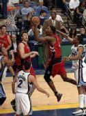 图文:[NBA]猛龙击败灰熊 波什怒吼