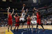 图文:[NBA]猛龙击败灰熊 波什防守