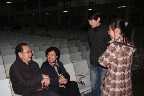安徽农业大学的声乐爱好者正在请教著名歌唱家王立民