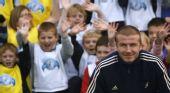 图文:贝克汉姆足球游学日  与孩子们合影留念
