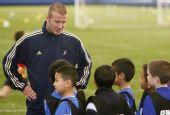 图文:贝克汉姆足球游学日  为孩子们作指导