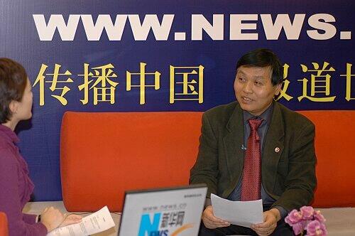 图为中国社科院研究生院党委书记黄晓勇接受新华网主持人采访