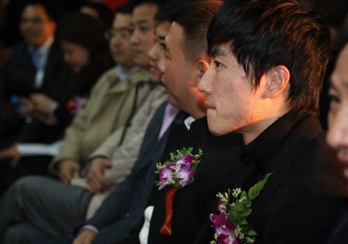 图文:感恩节刘翔谢恩师 刘翔在发布会上