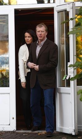 图文:麦克拉伦正式下课离队 夫妻结伴离开