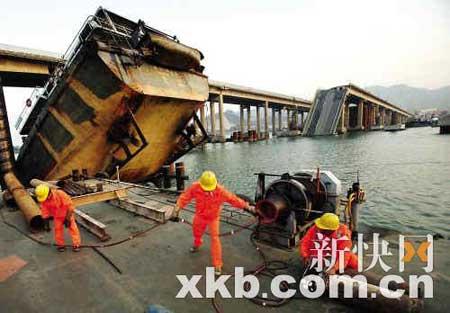 昨天,九江大桥的修复施工人员正在沉船旁紧张施工。新快报记者 王翔/摄
