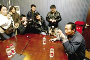 昨天下午,肖志军在京西分院向记者诉说自己的遭遇。本报记者 周民 摄