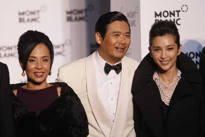 发哥站在老婆(左)和李冰冰(右)中间