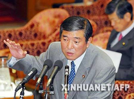 11月1日,日本防卫大臣石破茂(左)在日本东京召开的一次会议上回答问题。新华社/法新
