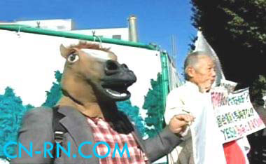 日本右翼分子找来马头面具呛马英九。(中评社图)