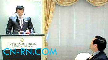 """国民党2008参选人马英九昨天约好日本横滨市长中田宏,以对方的语言比赛演讲,田中宏首先上台。当听到中田宏讲""""尊敬的马市长,各位来宾,大家好""""已经讲得很吃力,音调又很怪,马英九偷笑了。(中评社图)"""