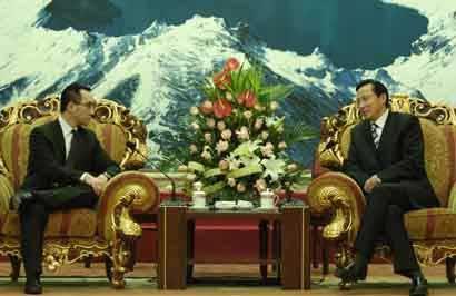 韩长赋会见何猷龙(左) 本报记者 郭亮 摄
