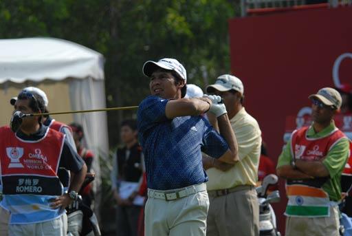 图文:高尔夫世界杯次轮开战 南非罗梅罗开球