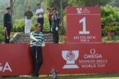 图文:高尔夫世界杯次轮开战 梁文冲准备开球