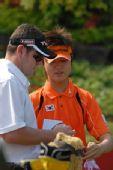 图文:高尔夫世界杯次轮开战 韩国球员赛前备战