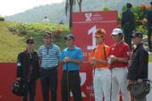 图文:高尔夫世界杯次轮开战 韩国队准备开球