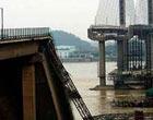 九江大桥桥面被撞垮塌