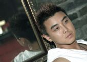 图文:[乒乓球]王皓拍摄写真集 冥思苦想之中