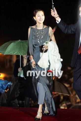图:李瑶苑微笑向粉丝问候