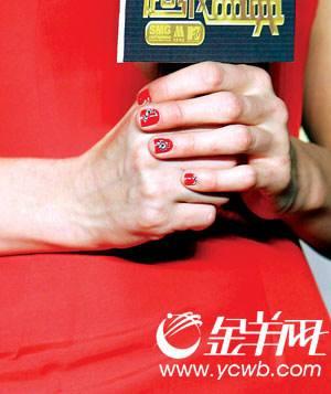 希尔顿手指甲上的图案是京剧脸谱