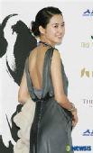 图:李瑶媛的银灰色露背礼服优雅动人