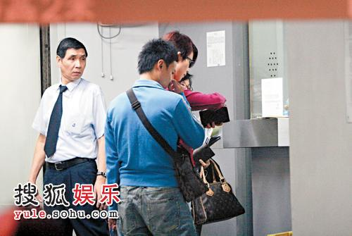 蔡少芬与张晋被拍到结伴逛街