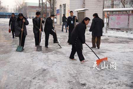 市民们一早就忙着扫雪