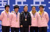 图文:[乒球]辽宁队获女团冠军 金光闪闪的奖牌