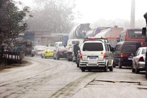 大雾天气让高速路关闭,去往北碚的老路上车满为患本报记者 姚波 摄