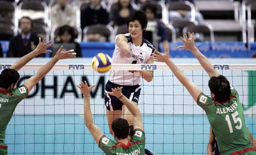 图文:男排世界杯保加利亚3-0韩国 三人接球