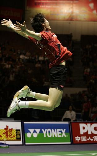 2007年11月25日,中国羽毛球公开赛男子单打决赛,中国选手鲍春来2-0(21-12/21-13)击败马来西亚选手李宗伟,夺得冠军