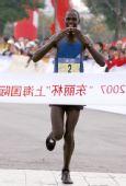 图文:上海国际马拉松赛 肯尼亚选手冲过终点