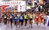 图文:上海国际马拉松赛 从南京路步行街出发