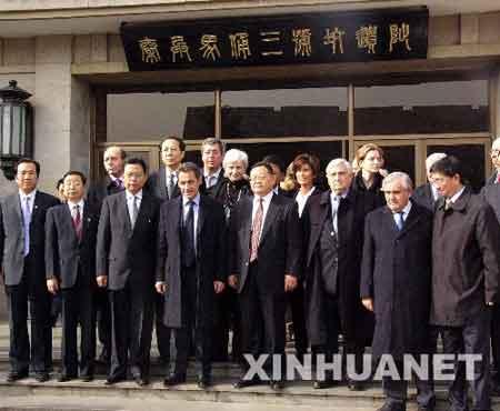 11月25日,法国总统萨科齐在秦始皇兵马俑博物馆三号坑遗址前留影。法国总统萨科齐当日上午乘专机抵达西安,开始对中国进行为期3天的国事访问。新华社记者丁静摄