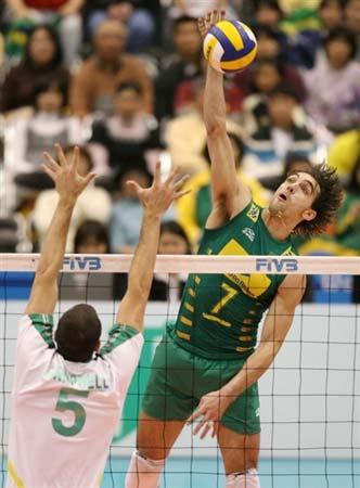 图文:巴西男排3-0横扫澳大利亚 网前大力扣球