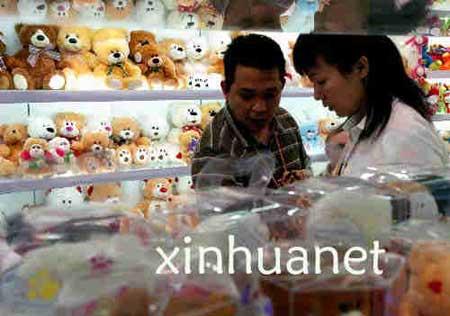 一名美国客商在第102届中国进出口商品交易会(广交会)展馆中与工作人员商谈玩具出口事宜(10月27日摄)。(资料图片)